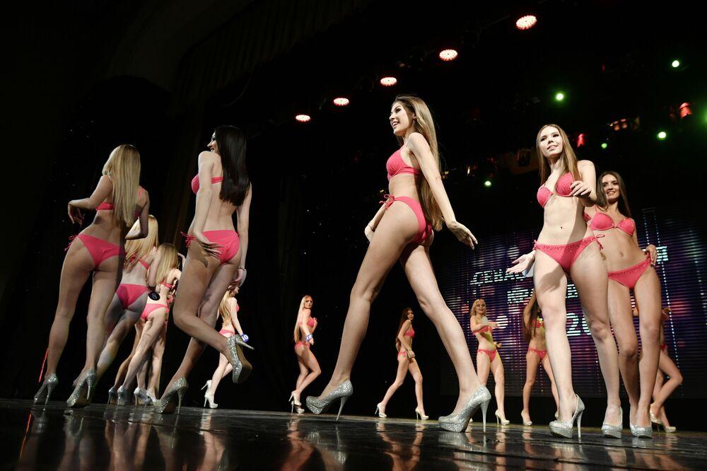 Participantes de concurso de beleza na cidade de Sevastopol, na Rússia