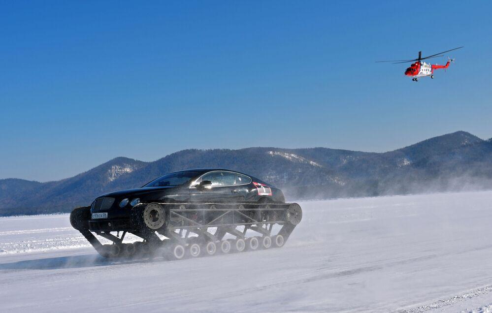 Participante de festival automotivo cruza a superfície gelada do lago Baikal, na Rússia