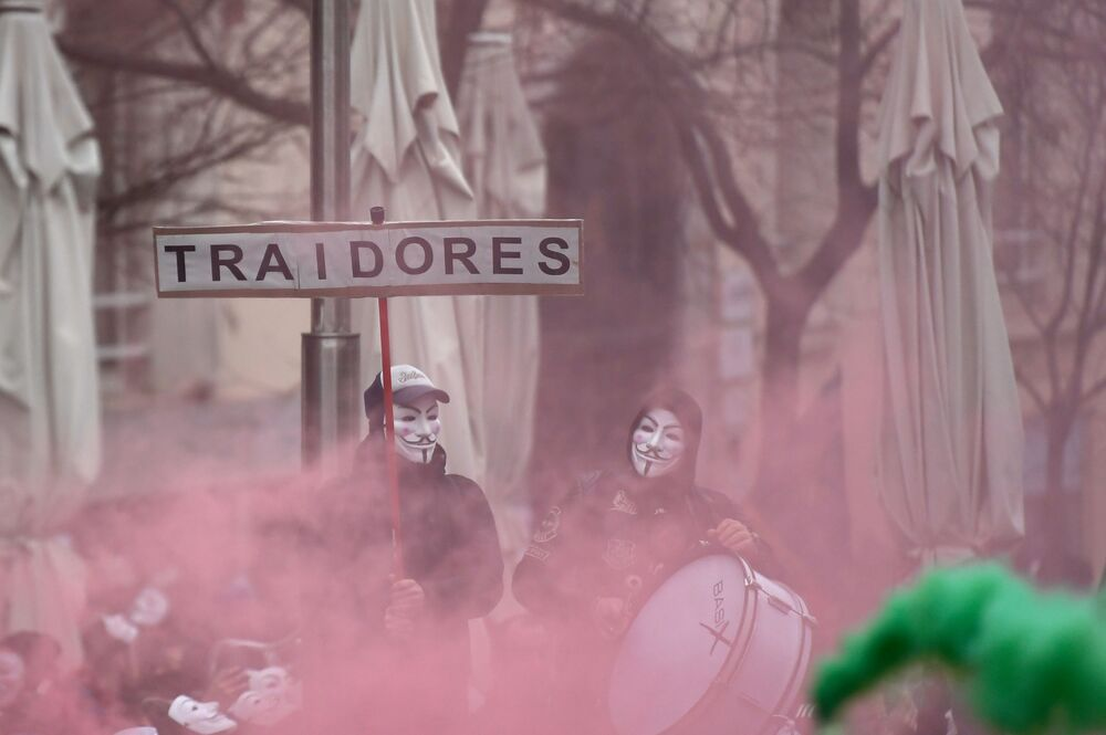 Polícia espanhola observa manifestante em frente ao parlamento do país, em Madri, no dia 3 de março de 2020