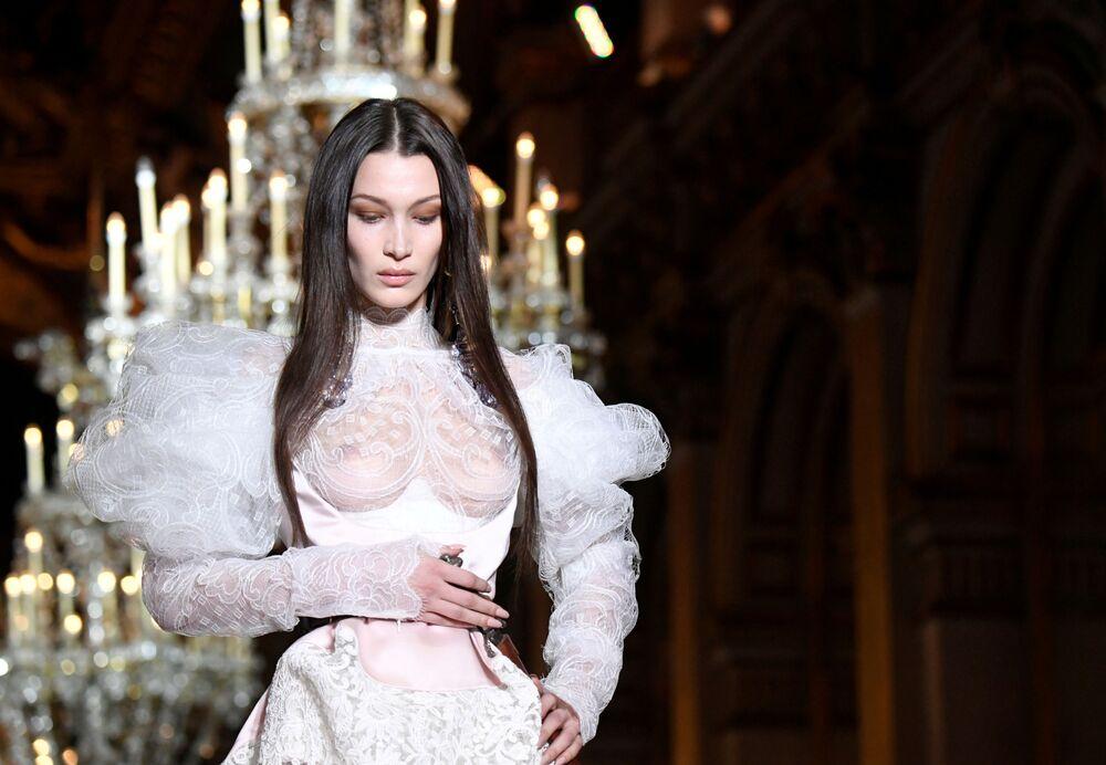 Modelo Bella Hadid apresenta coleção dos designers Vivienne Westwood e Andreas Kronthaler durante a Semana de Moda de Paris, em 29 de fevereiro de 2020