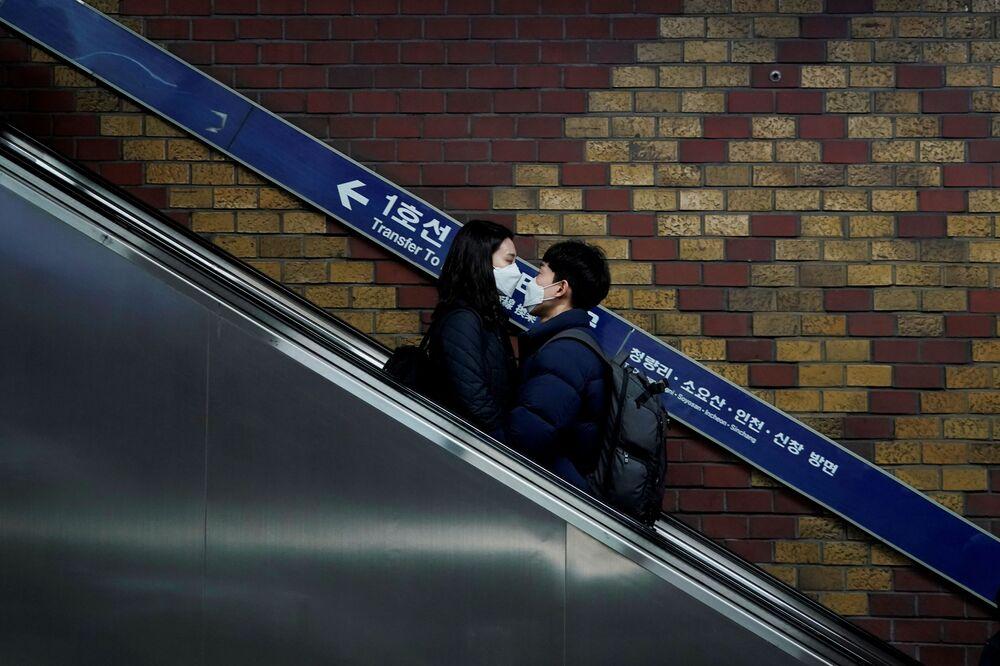 Casal apaixonado usa máscara de proteção contra o coronavírus em Seul, na Coreia do Sul, em 1º de março