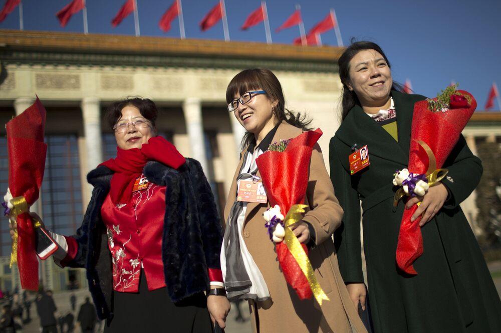 Delegadas com flores chegando ao Grande Salão do Povo em Pequim, China, para a sessão plenária da Conferência Consultiva Política do Povo Chinês, 8 de março de 2018