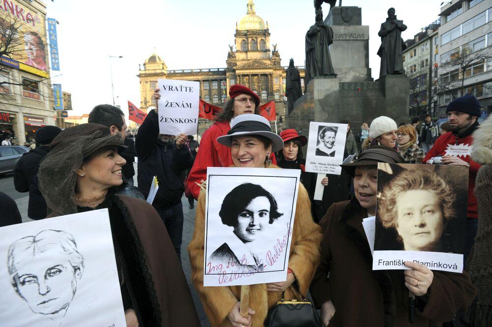 Na véspera do Dia Internacional da Mulher, ativistas e apoiadores da causa feminina checa segurando cartazes com fotos de mulheres famosas do país