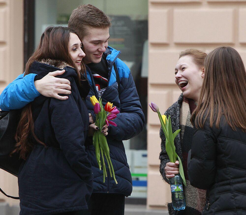 Jovens polonesas com tulipas no Dia Internacional da Mulher em Varsóvia, 8 de março de 2016