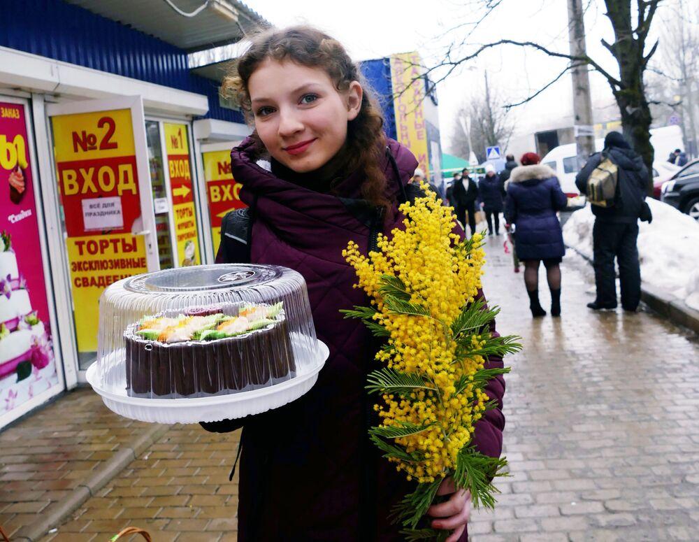 Residente da República Popular de Donetsk com bolo e mimosas no Dia Internacional da Mulher