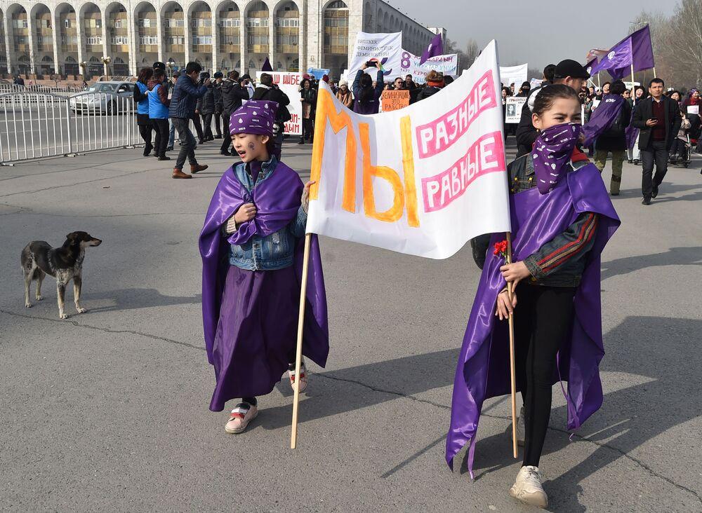 Mulheres segurando cartaz Somos diferentes, somos iguais em manifestação em Bishkek, capital de Quirguistão, 8 de março de 2019