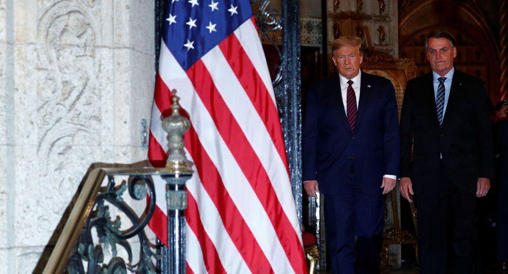 O presidente dos EUA, Donald Trump, em foto oficial com o presidente do Brasil, Jair Bolsonaro, antes de jantar em Mar-a-Lago, na Flórida, em 7 de março de 2020.
