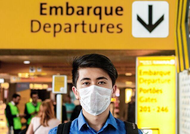 Passageiros circulam com máscaras na estação Aeroporto de Guarulhos da CPTM, em São Paulo, 9 de março de 2020