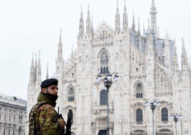 Militar na praça Duomo após decreto que ordena que toda a Itália esteja fechada em um bloqueio sem precedentes para derrotar o coronavírus, em Milão, Itália, 10 de março de 2020