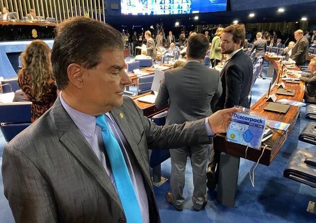 Senador Nelsinho Trad (PSD-MS) mostra máscara que comprou para se prevenir em viagem que faria a Buenos Aires em fevereiro; ele teve a confirmação de que está com coronavírus