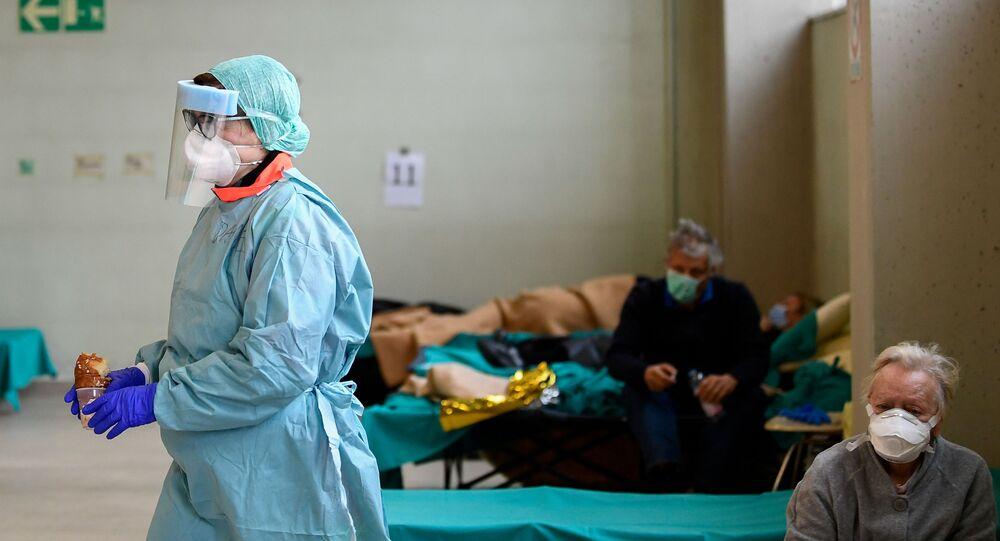 Equipe médica usa máscaras enquanto ajuda pacientes do hospital Spedali Civili em Brescia, Itália, 13 de março de 2020