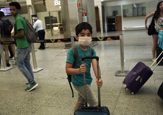 Criança usa máscara para se proteger do coronavírus no Rio de Janiero