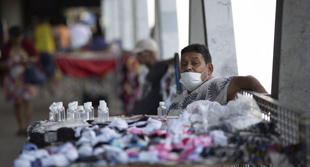 Vendedor de rua oferecendo máscaras e géis de álcool no Rio