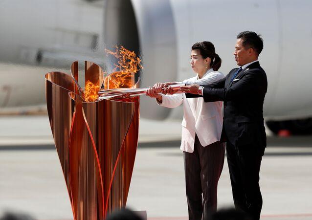 Medalhistas japoneses Tadahiro Nomura e Saori Yoshida acendem a chama olímpica em Miyagi