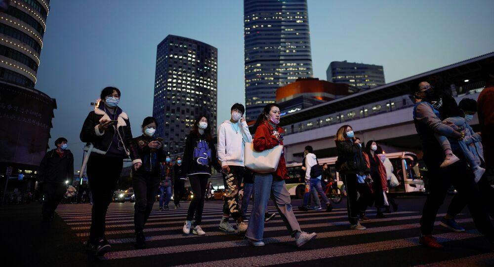 Pessoas usando máscaras faciais para se protegerem do coronavírus no centro de Xangai, China, 17 de março de 2020