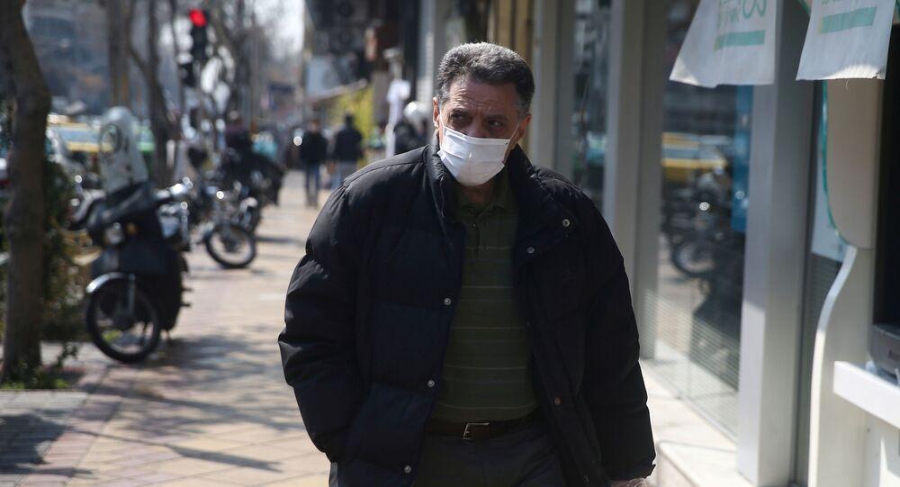 Um homem usando máscara no Irã
