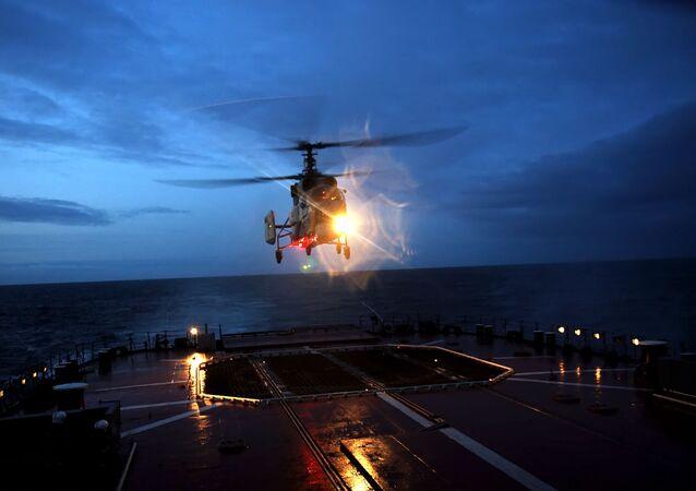 Helicóptero Ka-27 pousando em navio da Marinha russa