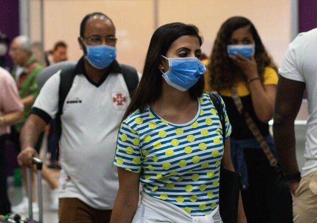 Passageiros com máscaras chegando de voo da Itália ao Rio de Janeiro (imagem referencial)