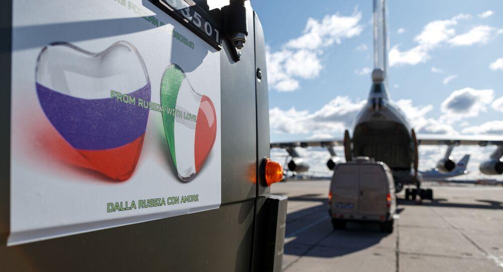 Aviões russos são carregados com equipamentos antes da ida para a Itália