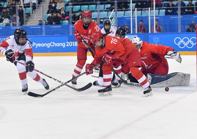 Equipe de hóquei no gelo do Canadá durante confronto com a Rússia, pela semifinal dos Jogos Olímpicos de Inverno de 2018, em Pyeongchang, Coreia do Sul