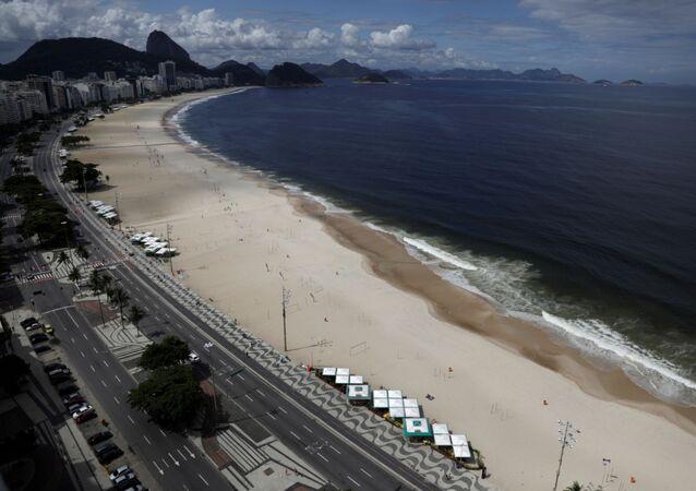 Praia de Copacabana, no Rio de Janeiro, vazia em função da propagação da COVID-19, no domingo, 22 de março de 2020