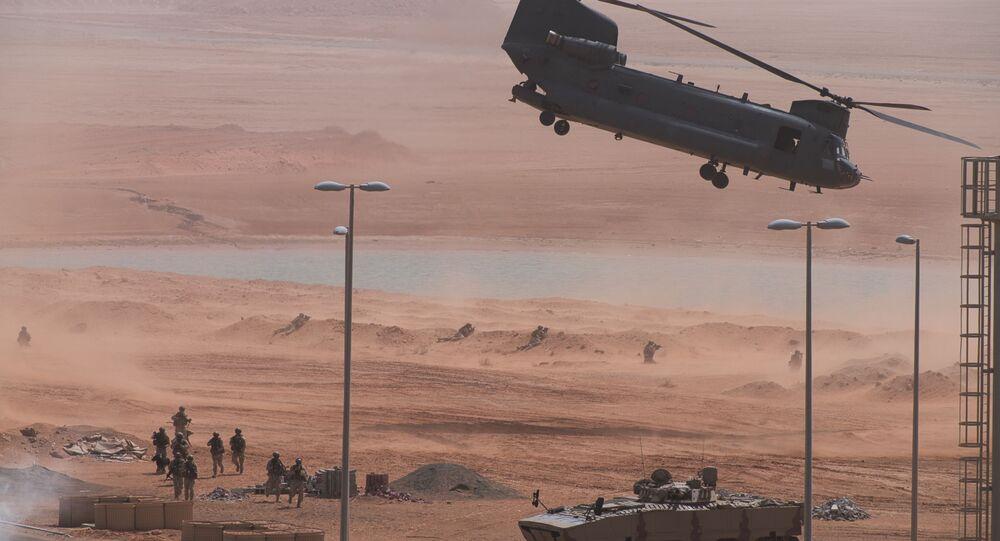 Helicóptero, blindado e tropas em exercício conjunto de forças americanas e dos Emirados Árabes em 23 de março de 2020