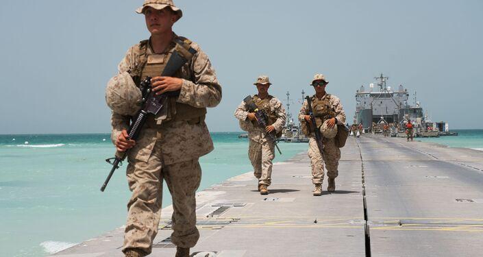 Fuzileiros navais americanos desembarcando em píer montado durante exercícios com forças dos Emirados Árabes em 23 de março de 2020