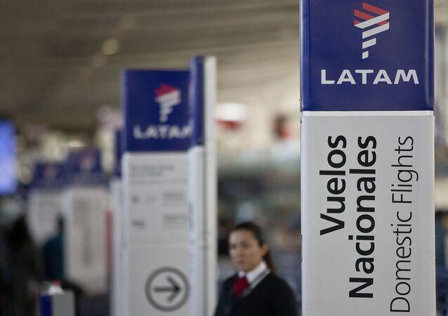 Balcão da LATAM no aeroporto do Chile