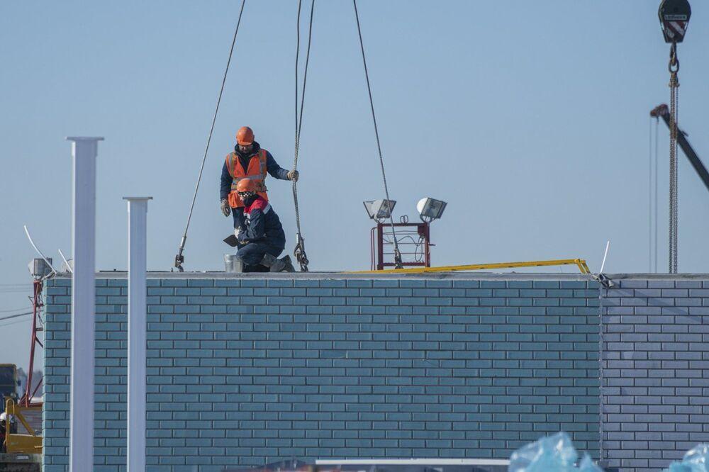 Trabalhadores no canteiro de obras do novo complexo hospitalar de infectologia no distrito Troitsky-Novomoskovsky de Moscou