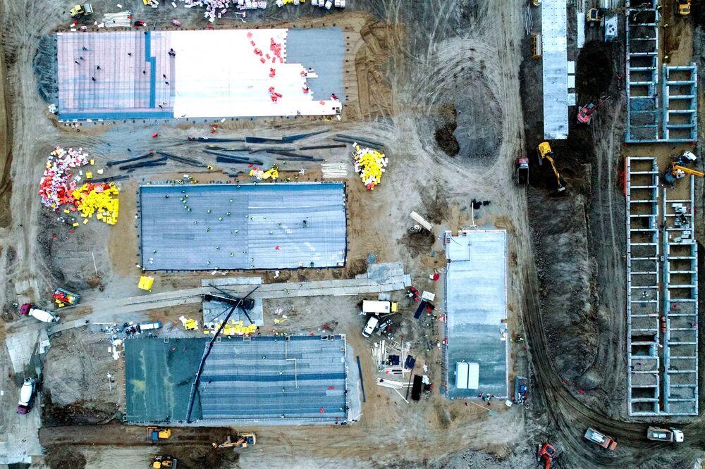 Imagem feita do alto mostra canteiro de obras do novo hospital de infectologia