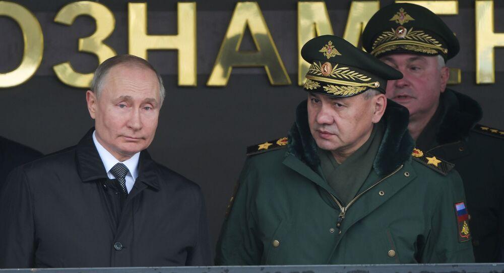 Presidente russo Vladimir Putin ao lado do ministro da Defesa russo Sergei Shoigu, em 1 de março de 2020
