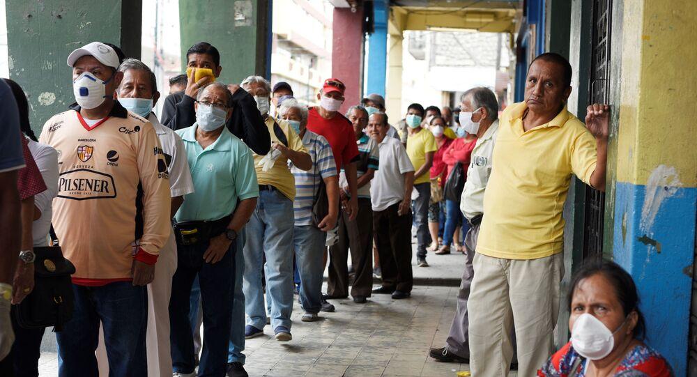 Idosos aguardam em uma fila o recebimento de suas aposentadorias em Guayaquil, no Equador