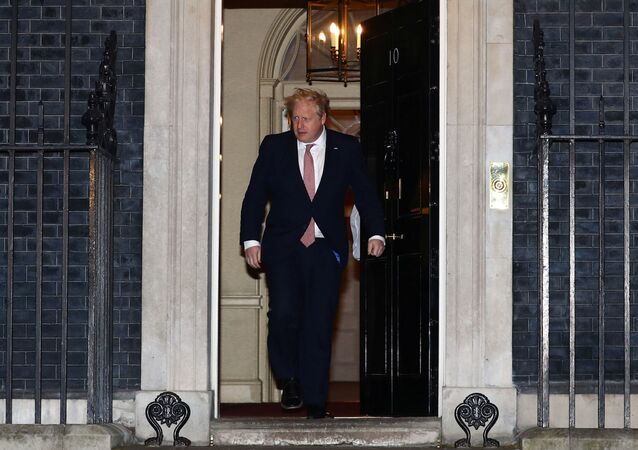 Primeiro-ministro do Reino Unido, Boris Johnson, sai de sua residência oficial, em Downing Street, durante aplausos ao pessoal do serviço público de saúde, em 26 de março de 2020
