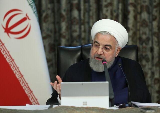 Presidente iraniano, Hassan Rouhani, discursa em uma reunião do grupo de trabalho do governo iraniano sobre o coronavírus, em Teerã, Irã, 21 de março de 2020