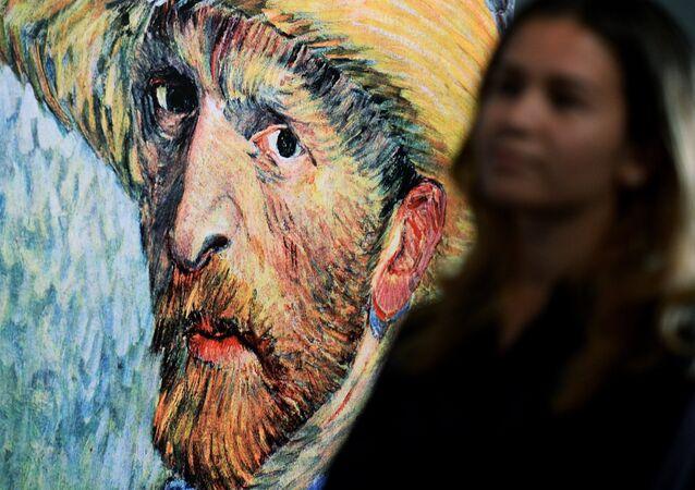 Quadro com rosto de van Gogh durante exibição em Moscou