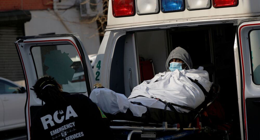 Um homem com máscara e um médico durante o surto de coronavírus em Nova York, EUA