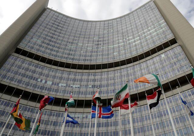 Bandeira do Irã esvoaça em meio a outras bandeiras, na frente da sede da Agência Internacional de Energia Atômica (AIEA) em Viena, Áustria, 9 de setembro de 2019