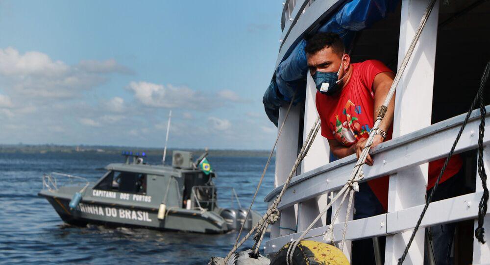 Barco parado no porto de Manaus após governo do Amazonas proibir viagens no estado devido ao coronavírus