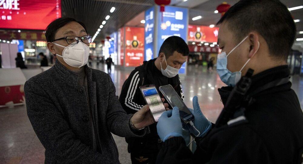 Passageiro de trem chinês usa código QR como passagem em Wenzhou (foto de arquivo)