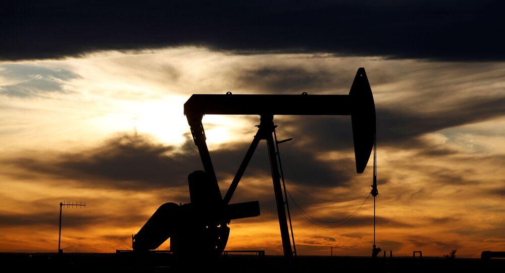 Sol se põe por trás de uma de bomba de petróleo bruto em uma plataforma de perfuração em Permian Basian, no Condado de Loving, Texas, EUA, 24 de novembro de 2019 (foto de arquivo)
