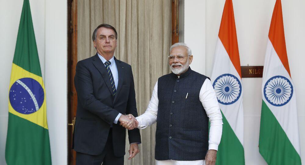Jair Bolsonaro ao lado do líder indiano Narendra Modi em encontro em Nova Deli