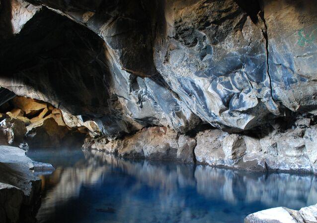 Caverna vulcânica de Grjotagja na Islândia
