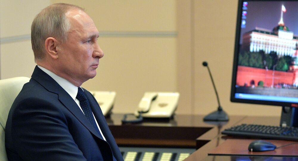 Presidente da Rússia, Vladimir Putin, realizando videoconferência com chefes das regiões russas