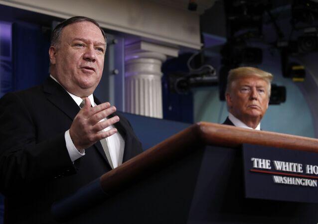 Secretário de Estado Mike Pompeo ao lado do presidente dos EUA, Donald Trump