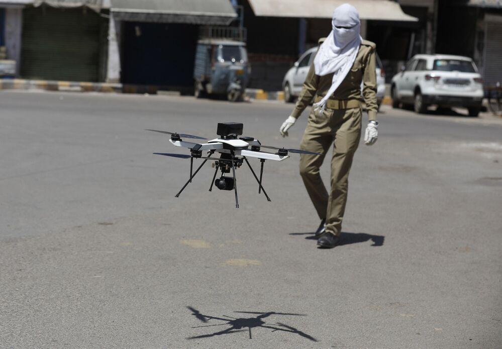 Drone usado pela polícia indiana na vigilância da quarentena