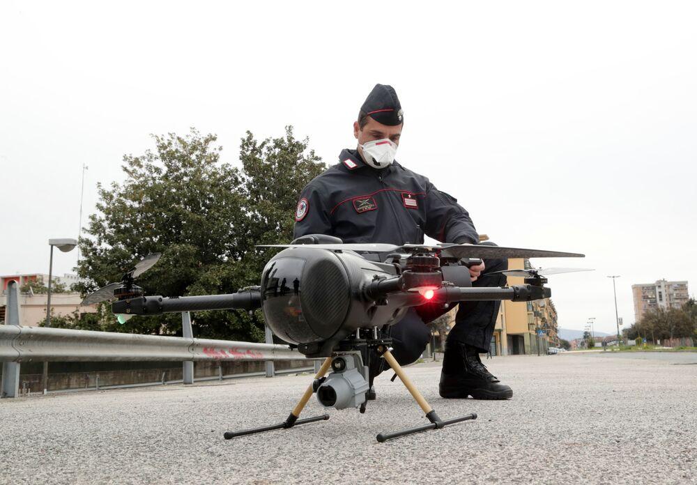 Policial militar italiano usa drone para monitorar uma cidade