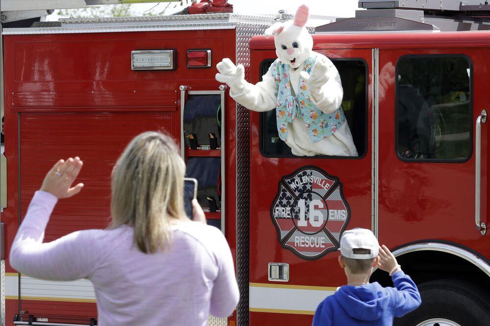 Pessoa vestida de Coelhinho da Páscoa em carro dos bombeiros da cidade americana de Nolensville