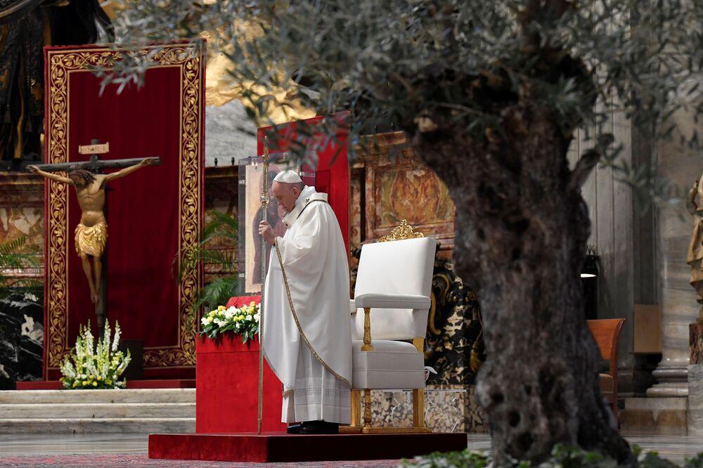 Papa Francisco celebra o Domingo de Páscoa na Basílica de São Pedro, no Vaticano, sem a presença de fiéis devido à pandemia