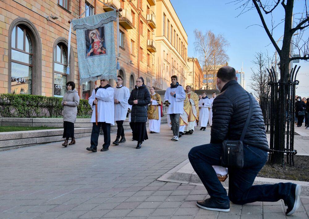 Procissão católica durante o Domingo de Páscoa ocupa rua da capital da Bielorrússia, Minsk