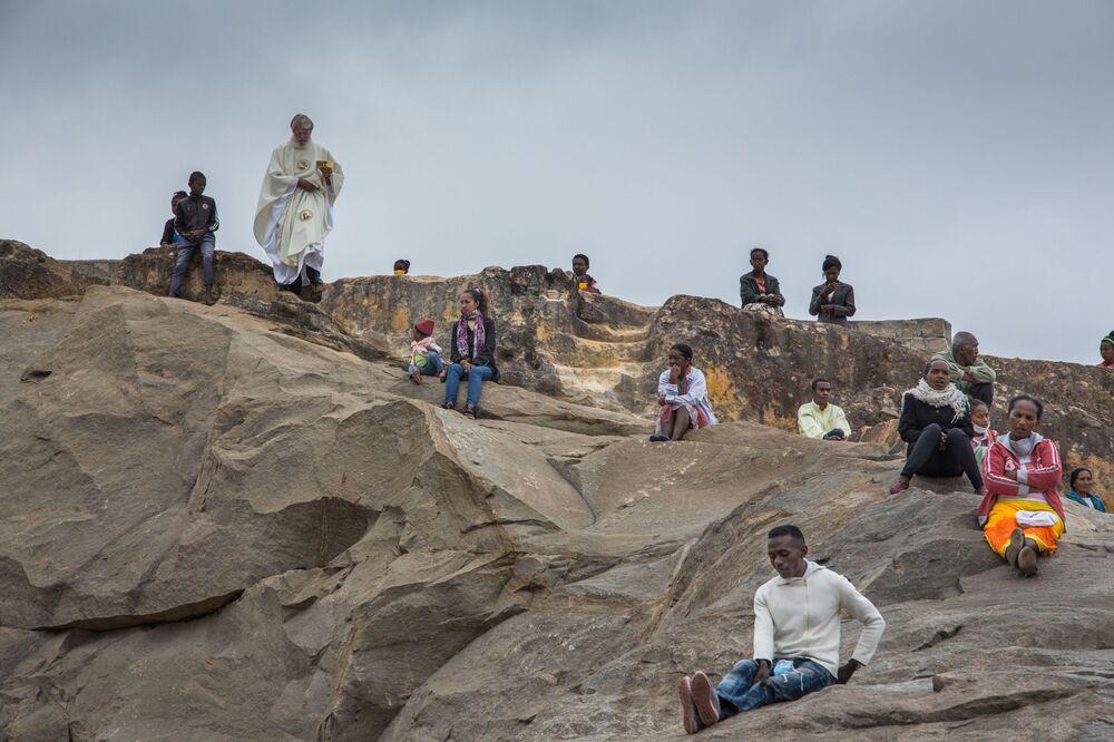 Padre Pedro, fundador da associação Akamasoa, conduz grande celebração de Páscoa em Antananarivo, ao passo que presentes seguem regras de distanciamento social durante a quarentena de prevenção à COVID-19 em Madagascar